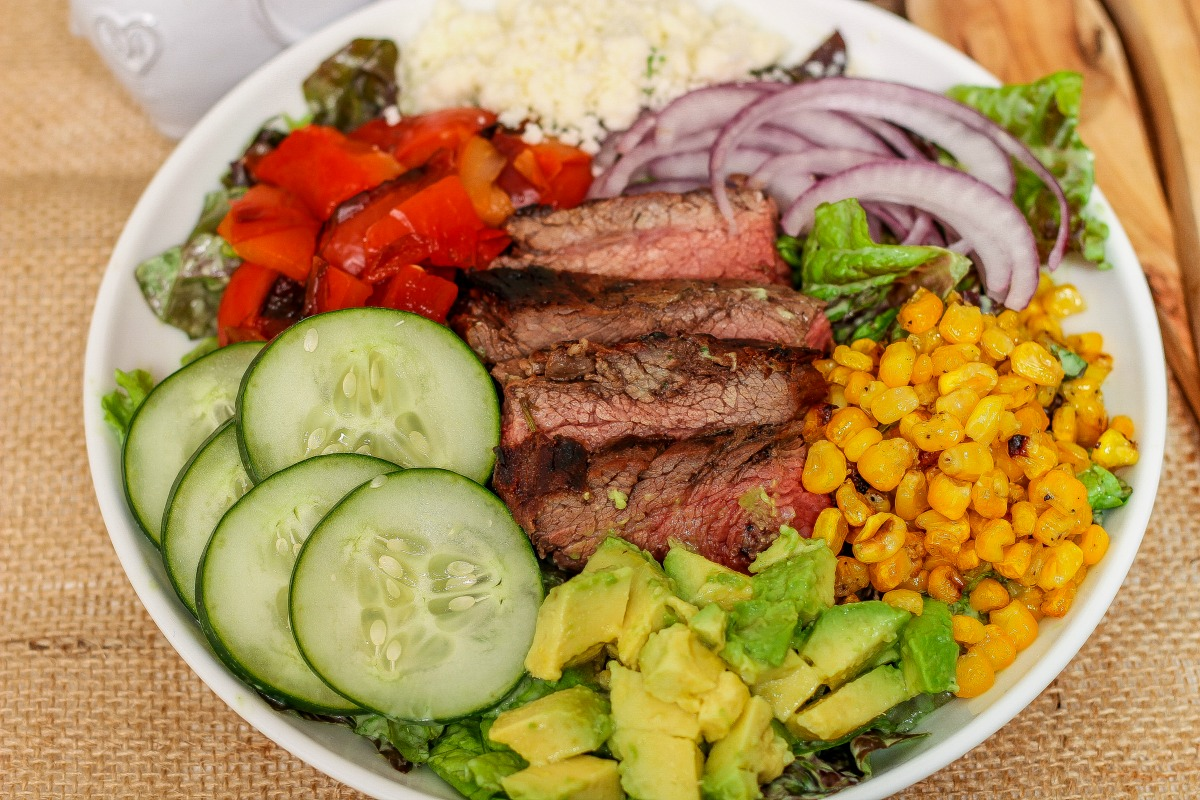Mexican Steak Salad in a Creamy Avocado Dressing ~ Greens, carne asada, and other goodies lavishly coated in creamy avocado dressing ~ The Complete Savorist #VidaAguacate #EchaleChallenge ad